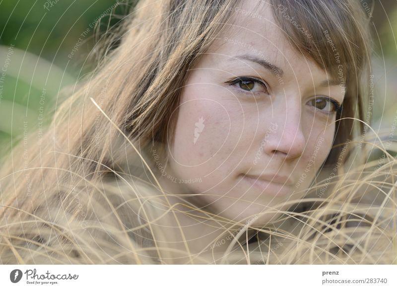 erwachsen Mensch feminin Junge Frau Jugendliche Erwachsene Kopf 1 18-30 Jahre grau grün Gras Farbfoto Außenaufnahme Textfreiraum links Tag