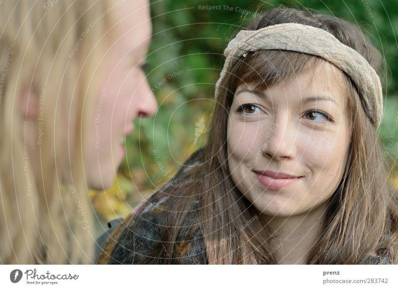 be happy Mensch feminin Junge Frau Jugendliche Erwachsene Kopf 2 18-30 Jahre grau grün Stirnband Farbfoto Außenaufnahme Textfreiraum unten Tag