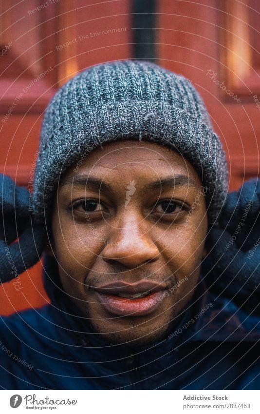 Schwarzer Mann setzt Hut auf sportlich Großstadt stehen ruhen anmachend Sport Fitness Stadt Aktion üben Gesundheit Lifestyle Training Jugendliche Erwachsene