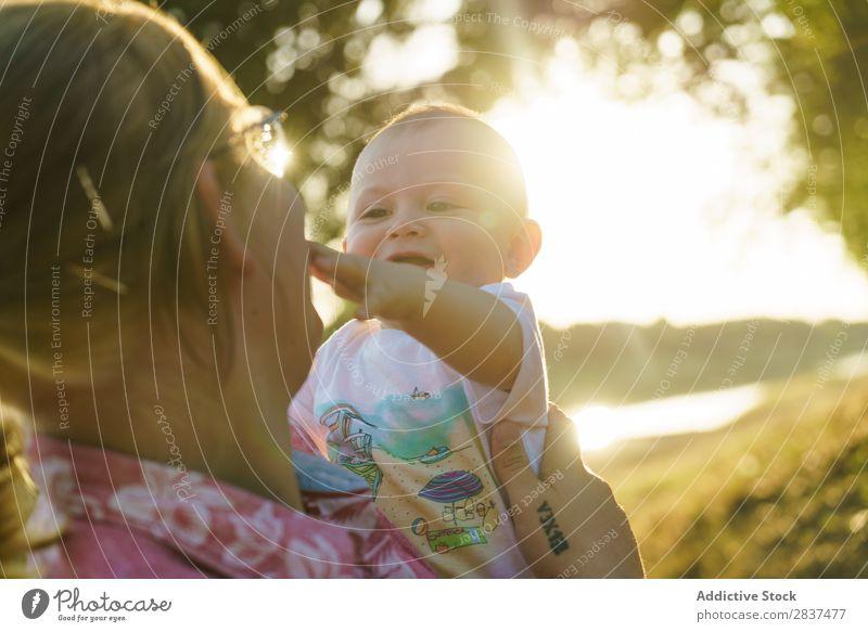 Mutter mit Kind im Park Rasen grün Sonnenstrahlen Familie & Verwandtschaft Glück Mensch Frau Fröhlichkeit Sommer Lifestyle Liebe Eltern Natur Jugendliche Freude