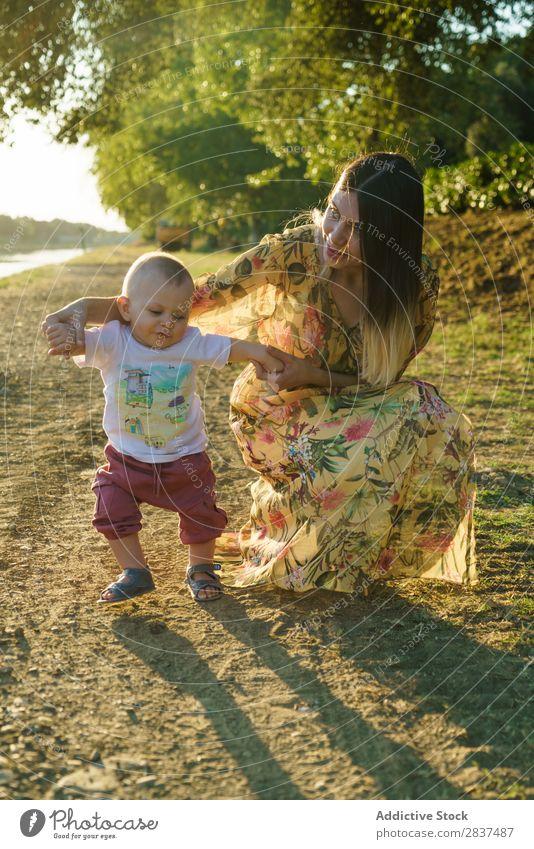 Mutter mit laufendem Kind Park tretend Schule abstützen Sonnenstrahlen Familie & Verwandtschaft Glück Mensch Frau Fröhlichkeit Sommer Lifestyle Liebe Eltern