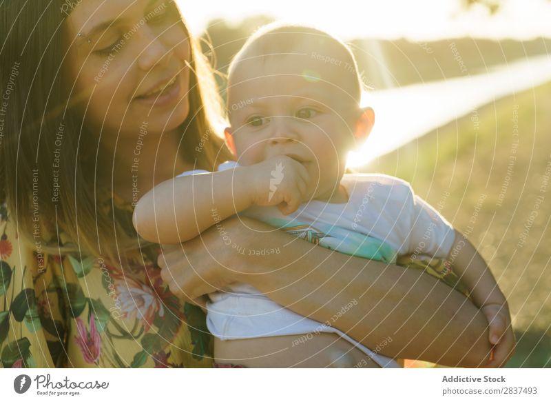 Mutter hält das Kind an den Händen im Park. Sonnenstrahlen auf Händen Familie & Verwandtschaft Glück Mensch Frau Fröhlichkeit Sommer Lifestyle Liebe Eltern