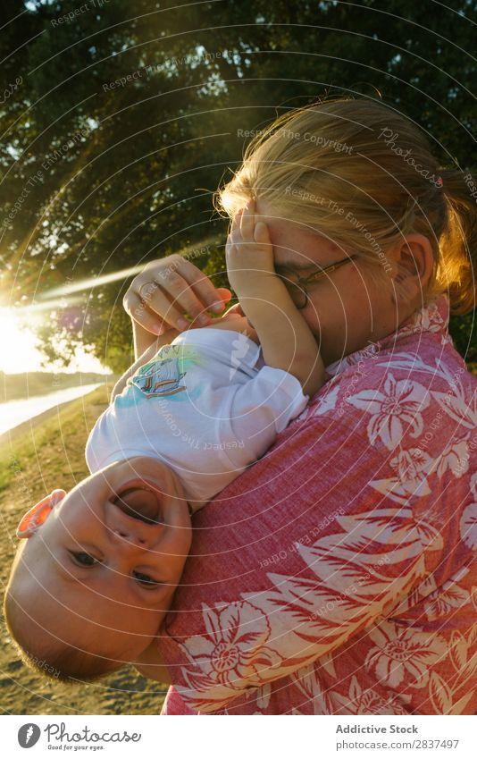 Mutter spielt mit Kind im Park Spielen Sonnenstrahlen Familie & Verwandtschaft Glück Mensch Frau Fröhlichkeit Sommer Lifestyle Liebe Eltern Natur Jugendliche