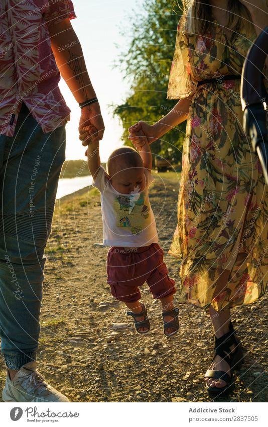 Glückliche Familie mit Kind Mutter Park grün tragen Sonnenstrahlen Mensch Frau Fröhlichkeit Sommer Lifestyle Liebe gleichgeschlechtliche Eltern Homosexualität