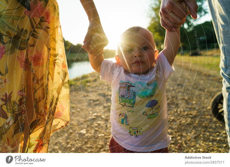Lesbisches Paar und Kind beim Spaziergang im Park Mutter Beine laufen grün Sonnenstrahlen Familie & Verwandtschaft Glück Mensch Fröhlichkeit Sommer Lifestyle