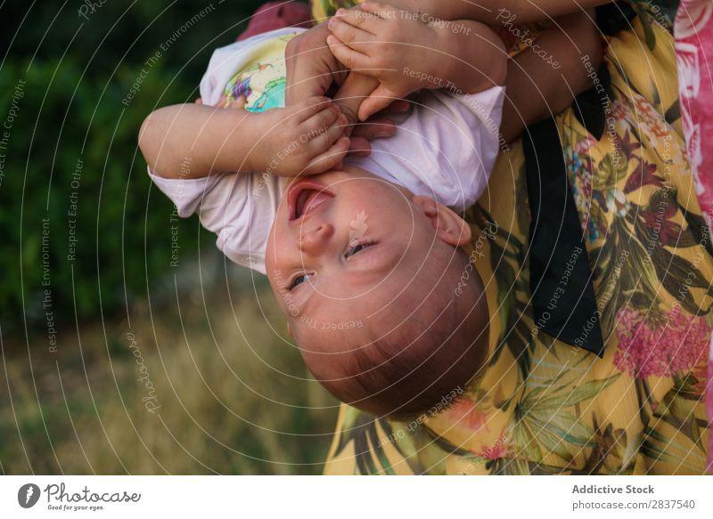 Süßes Kind auf den Händen der Mutter Park Rasen grün auf Händen Familie & Verwandtschaft Glück Mensch Frau Fröhlichkeit Sommer Lifestyle Liebe Eltern Natur