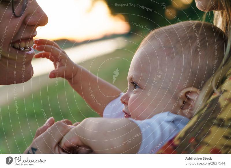Mutter und Kind beim Spaß haben Park Rasen grün Sonnenstrahlen Familie & Verwandtschaft Glück Mensch Frau Fröhlichkeit Sommer Lifestyle Liebe Eltern Natur