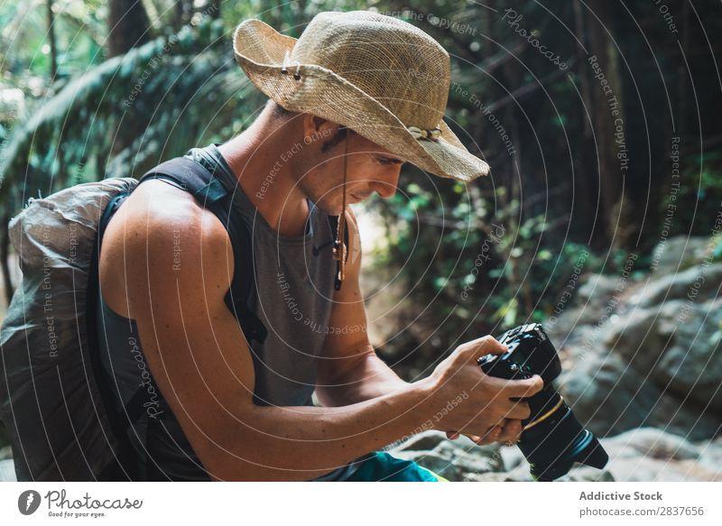 Attraktive erwachsene Mann Einstellung Kamera Fotograf Urwald Tourist Erwachsene benutzend Kulisse professionell Ferien & Urlaub & Reisen Wald Natur Tourismus