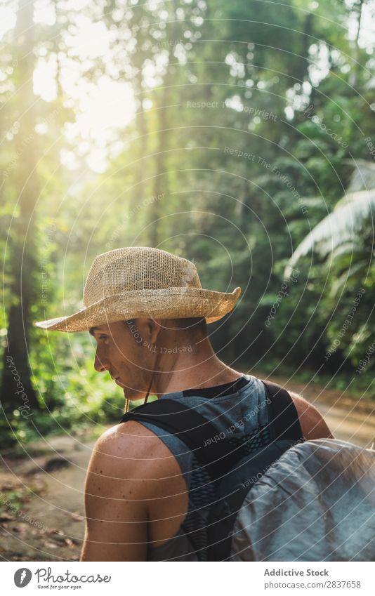 Fotograf mit Kamera im Dschungel Urwald Tourist Mann Erwachsene laufen professionell Ferien & Urlaub & Reisen Wald Natur Tourismus Landschaft natürlich tropisch
