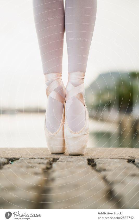 Crop weibliche Füße in Ballettschuhen Fuß Tänzer Frau Balletttänzer Leistung Stadt Schnur elegant Victoria & Albert Waterfront üben Kunst Großstadt Schuhe Beine