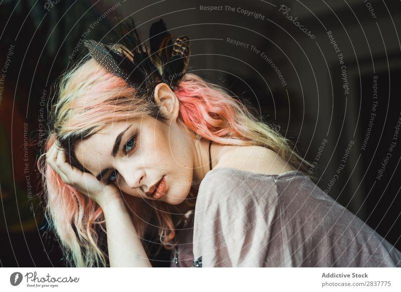 Attraktive sinnliche Frau mit Blick auf die Kamera attraktiv genießen Behaarung rosa schön Jugendliche hübsch Model Beautyfotografie Porträt Dame dünn Mensch