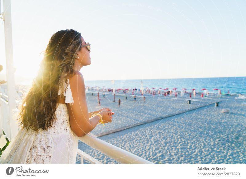 Frau mit Blick auf den Strand Meer träumen reisend Körperhaltung Freiheit Tagträumen Zaun Ferien & Urlaub & Reisen Meereslandschaft anlehnen Stil Jugendliche