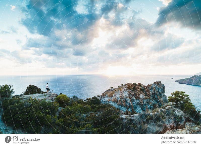Mann steht auf einer malerischen Landschaft Reisender Meer Klippe Körperhaltung harmonisch Erholung Natur Panorama (Bildformat) Ferien & Urlaub & Reisen