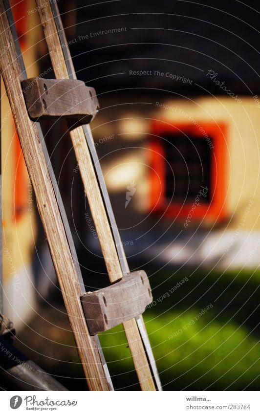 die angestellte. Sommer Haus Fenster Wiese hoch Baustelle Dorf Neigung Leiter Mitarbeiter steil Leitersprosse angelehnt Holzleiter