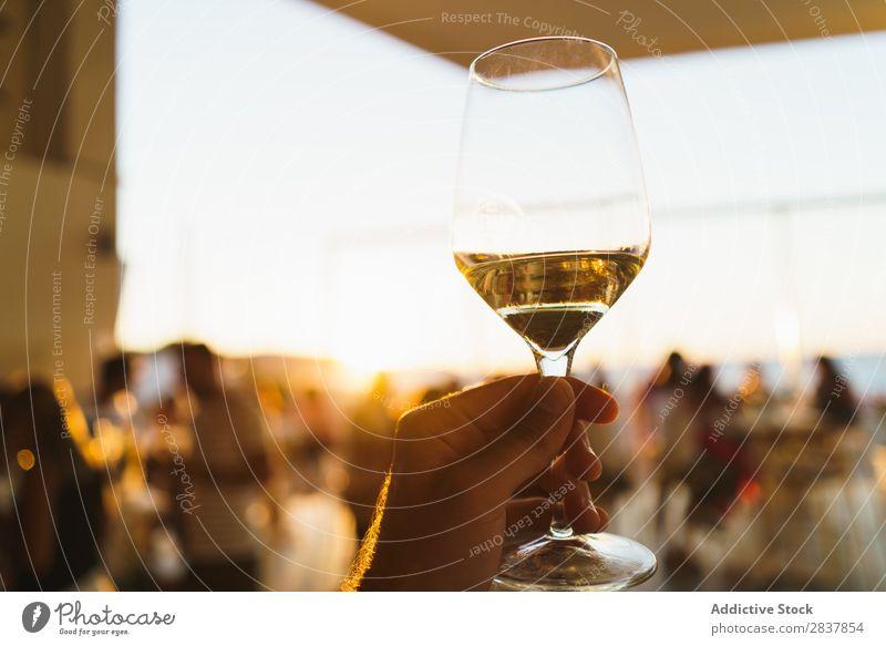 Ernte Hand haltendes Weinglas Mensch Veranstaltung Sonnenlicht Feste & Feiern Weißwein Toastbrot Gratulation Restaurant trinken Alkohol Gast Getränk Lifestyle