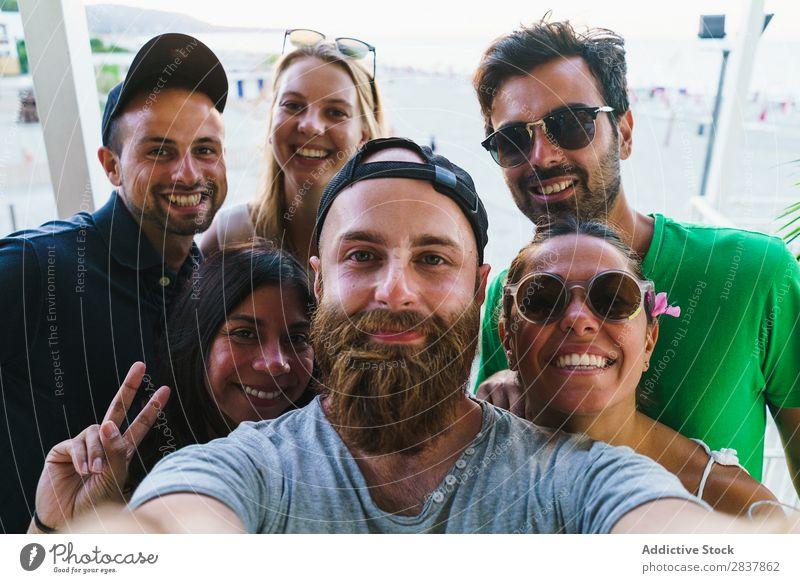 Junge Freunde, die vor der Kamera posieren. Mensch Freundschaft Körperhaltung Zusammensein Menschengruppe Selfie expressiv