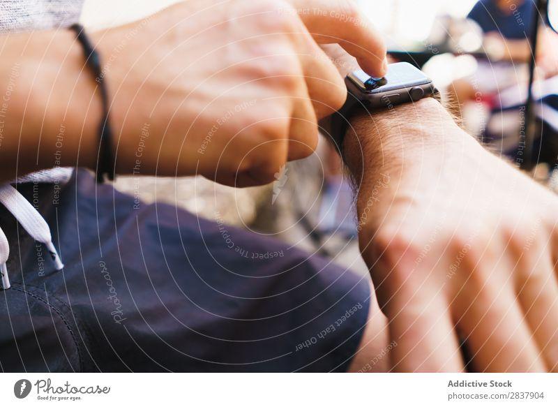 Getreidemann mit elektronischer Uhr Mann beobachten benutzend intelligente Uhr Technik & Technologie digital Apparatur Internet modern berühren