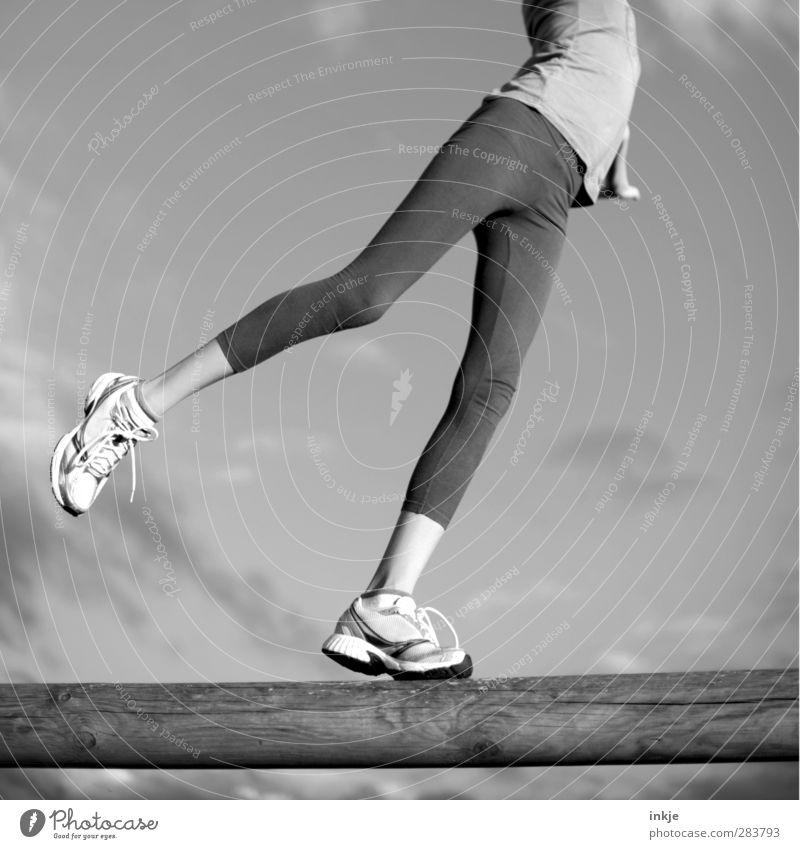 Balance Mensch Mädchen Leben Sport Spielen Bewegung Beine Gesundheit gehen Körper Kindheit Schuhe Freizeit & Hobby Zufriedenheit stehen Fitness