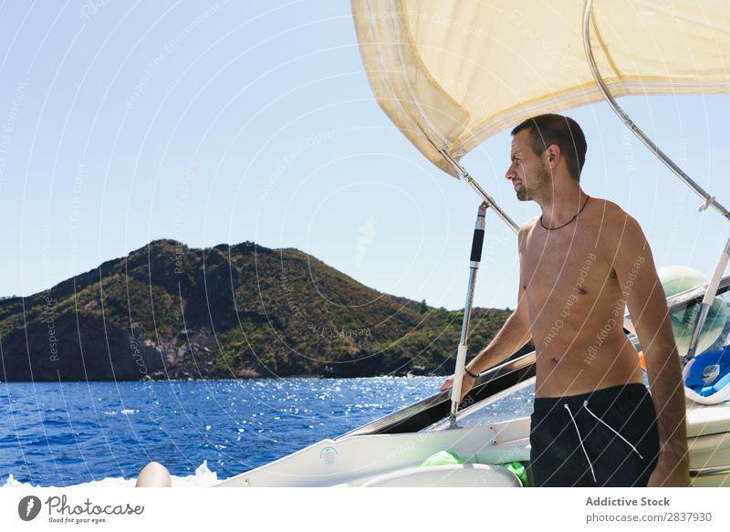 Mann, der auf dem Schiff posiert. Sommer Segelboot Jacht Segeln Erholung Meer Ferien & Urlaub & Reisen Gefäße