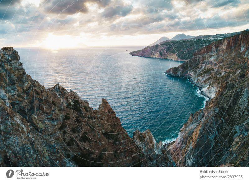 Luftbild zum Bergsee Küste Felsen Wellen tropisch Meer kampfstark exotisch Energie