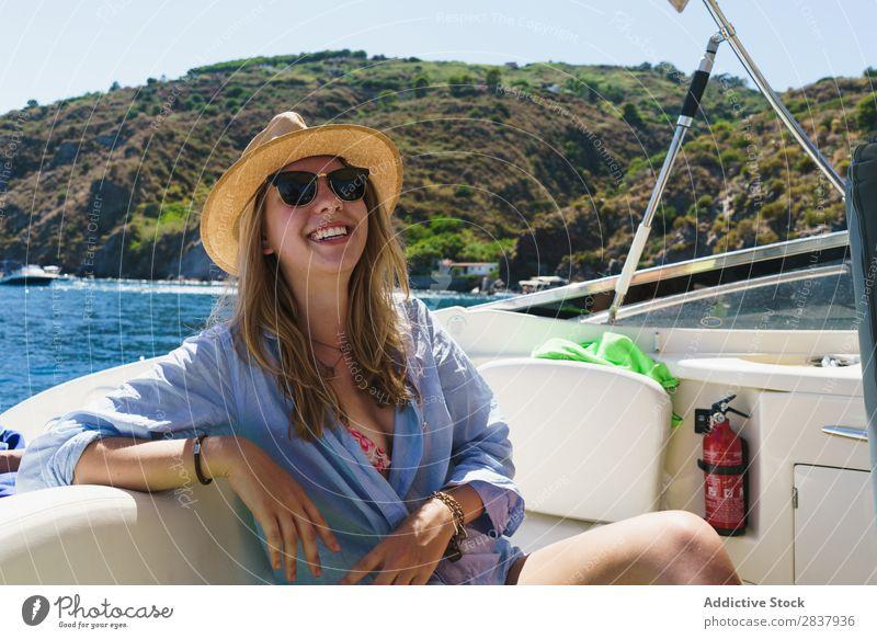 Stylisches Mädchen, das auf der Yacht posiert. Frau Jacht Körperhaltung Sommer Ferien & Urlaub & Reisen Model lachen schön selbstbewußt Zufriedenheit Kreuzfahrt