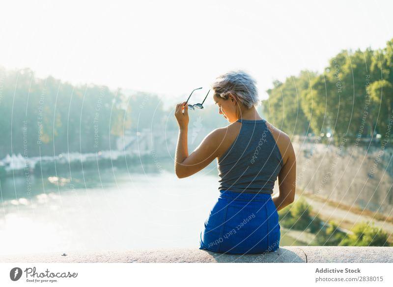 Stilvolle Frau am Zaun der Brücke Körperhaltung Sommer Stadt Jugendliche romantisch Ferien & Urlaub & Reisen Erholung Stadtzentrum Beautyfotografie sitzen
