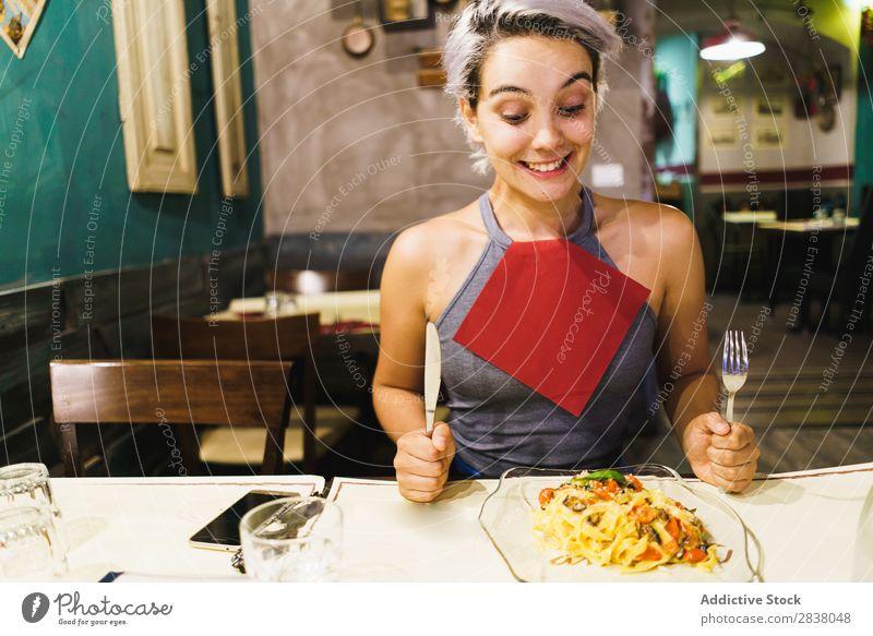 Zufriedene Frau beim Essen Teller Fröhlichkeit Gefühle Lebensmittel Feinschmecker Grimasse Abendessen Spaß haben lässig Halt Mittagessen so tun, als ob