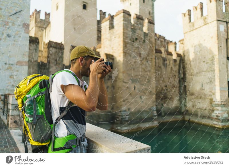 Tourist beim Fotografieren der Sehenswürdigkeiten Mann fotografierend reisend Backpacker Stadt Erinnerung Burg oder Schloss Großstadt Lifestyle