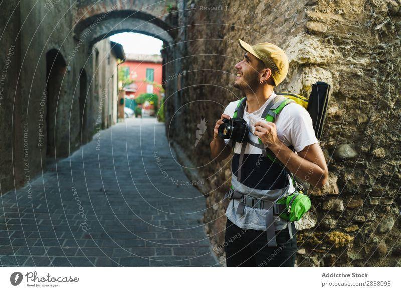Zufriedene Reisende genießen die Stadt Mann Reisender Backpacker Straße Fotoapparat alt Sightseeing Sommer Ferien & Urlaub & Reisen Aussehen Tourist antik