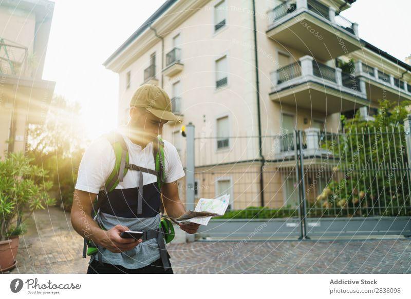 Mann mit Telefon und Karte Rucksacktourismus Tourismus PDA Landkarte Gps Großstadt Orientierung Richtung Backpacker Stadt Apparatur Aktion Internet Netzwerk