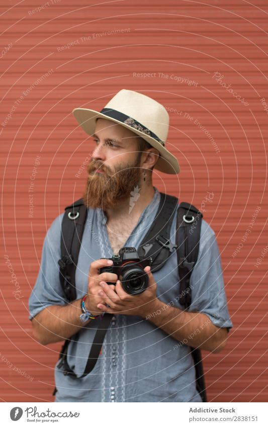 Fotograf posiert an der Wand Mann bärtig Stil Körperhaltung Fürsorge Jugendliche Haare & Frisuren gutaussehend maskulin Aussehen ernst vertikal lässig Porträt