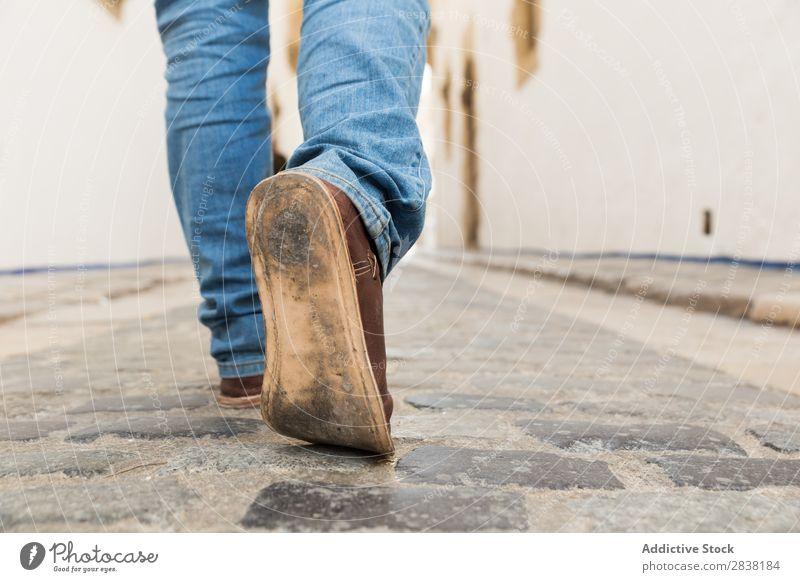 Mann, der auf eine Straße tritt. Beine tretend Mensch Schuhe schäbig alt Schritt laufen Fuß Stadt Wege & Pfade Bewegung Tourist Ferien & Urlaub & Reisen