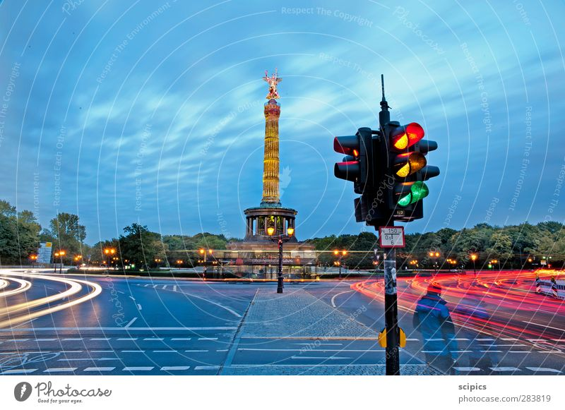 Dynamik der Großstadt Himmel Baum Wolken Straße Bewegung PKW außergewöhnlich groß laufen warten Verkehr Geschwindigkeit fahren Verkehrswege trendy Denkmal
