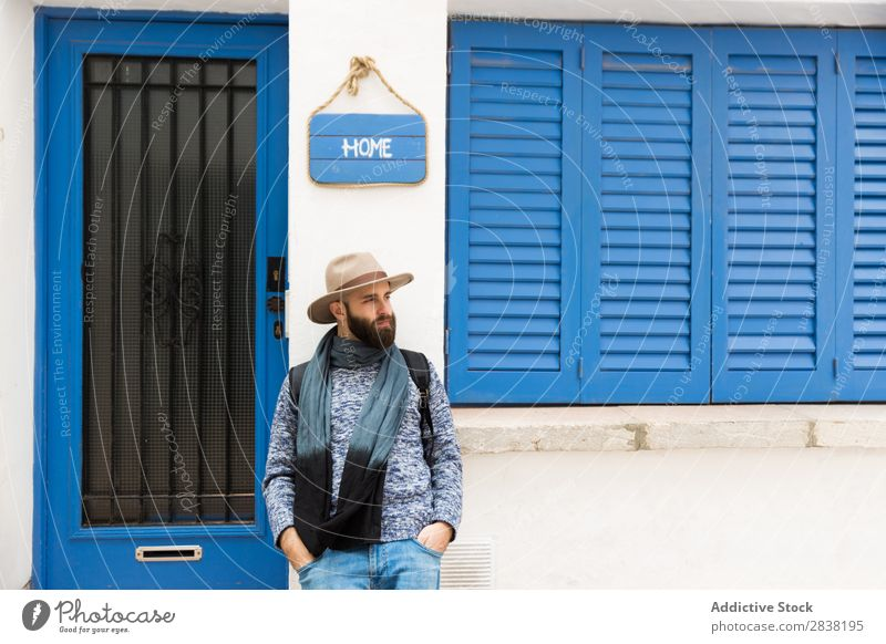Mann steht zu Hause Schild Stil Straße heimwärts Teller Zeichen Körperhaltung Wegsehen Mensch bärtig gutaussehend Hut Jugendliche Porträt Stadt modisch lässig