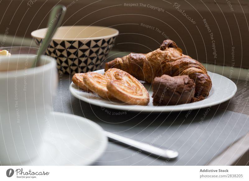 Croissant zum Frühstück Plätzchen Nahaufnahme Kaffee Tasse Becher Lebensmittel süß Mahlzeit lecker Backwaren frisch Gesundheit Morgen Essen heiß Schokolade