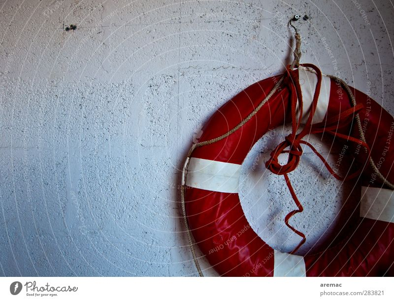 Rettung naht Mauer Wand Fassade alt retro rund rot weiß Sicherheit Schutz gefährlich Rettungsring Garage Farbfoto Gedeckte Farben Innenaufnahme Detailaufnahme
