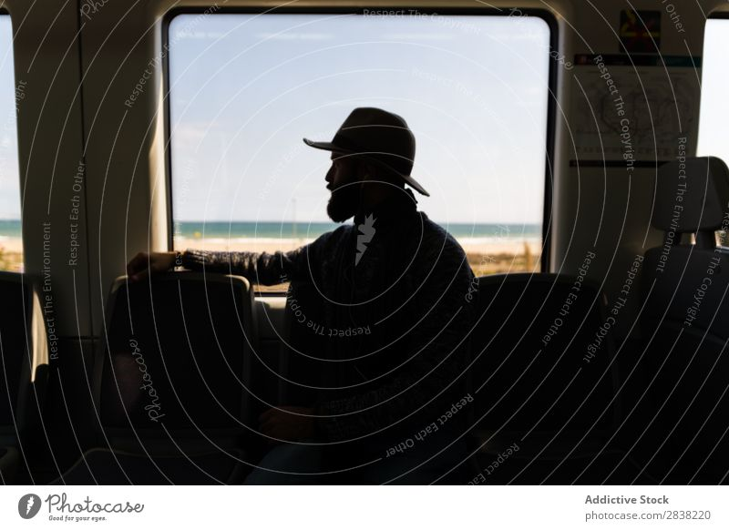 Silhouette des Mannes im Zug Ausritt Eisenbahn Hut Vollbart Ferien & Urlaub & Reisen Verkehr Mensch Passagier Ausflug Reisender Sitz Wagen sitzen Fahrzeug