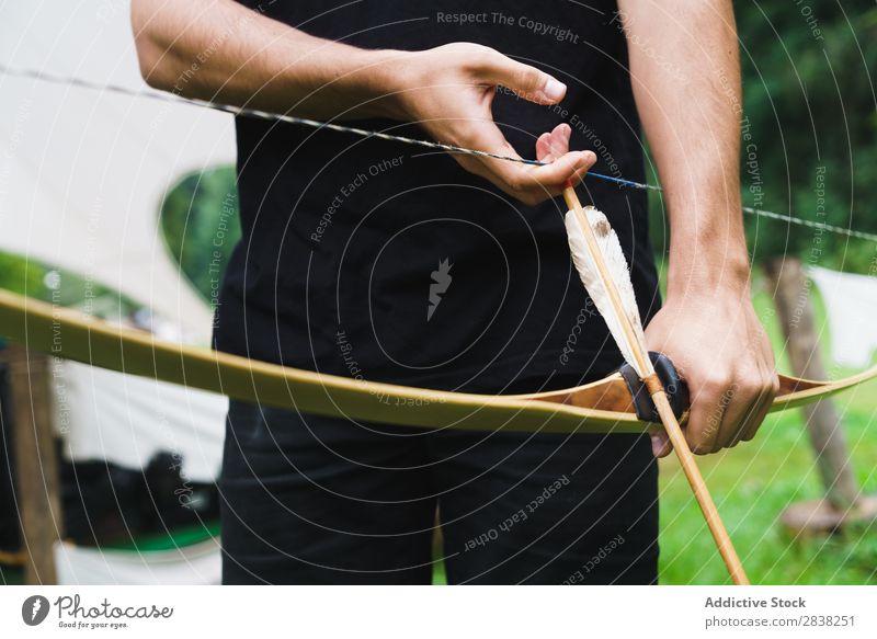 Getreidemann beim Bogenschießen in der Schule Mann Bogensport zielen Konzentration Aktion Konkurrenz Bogenschütze Erfolg Fitness stehen Herausforderung Fokus