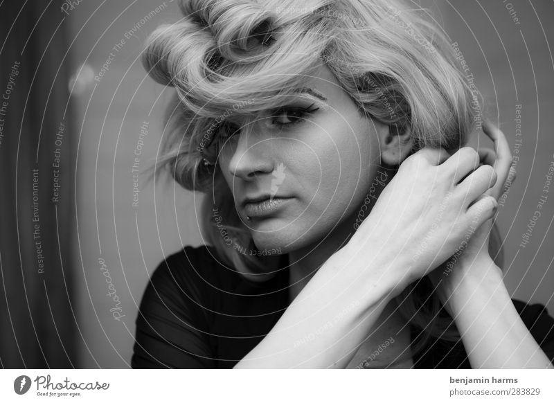 he´s a lady Mensch Jugendliche Erwachsene Junger Mann 18-30 Jahre blond maskulin stehen Schminke langhaarig exotisch Wimpern Homosexualität Lippenstift