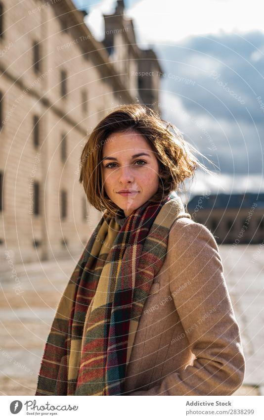 Junge Frau in Fellhaltung Stil Körperhaltung modisch Stadt Schickimicki Jugendliche Porträt Stilrichtung Mode Model selbstbewußt trendy Bekleidung einzigartig
