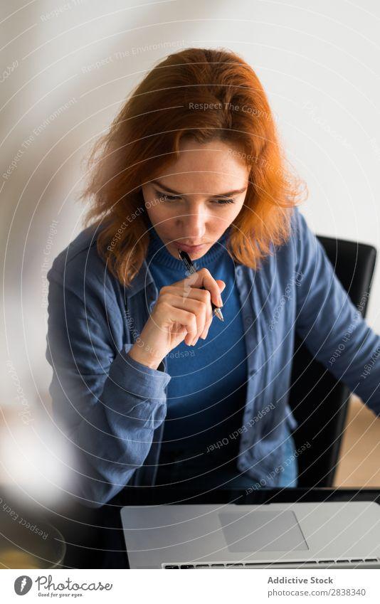 Frau denkt am Laptop mit Arbeit & Erwerbstätigkeit Schreibstift Notebook Surfen Apparatur Technik & Technologie sitzen