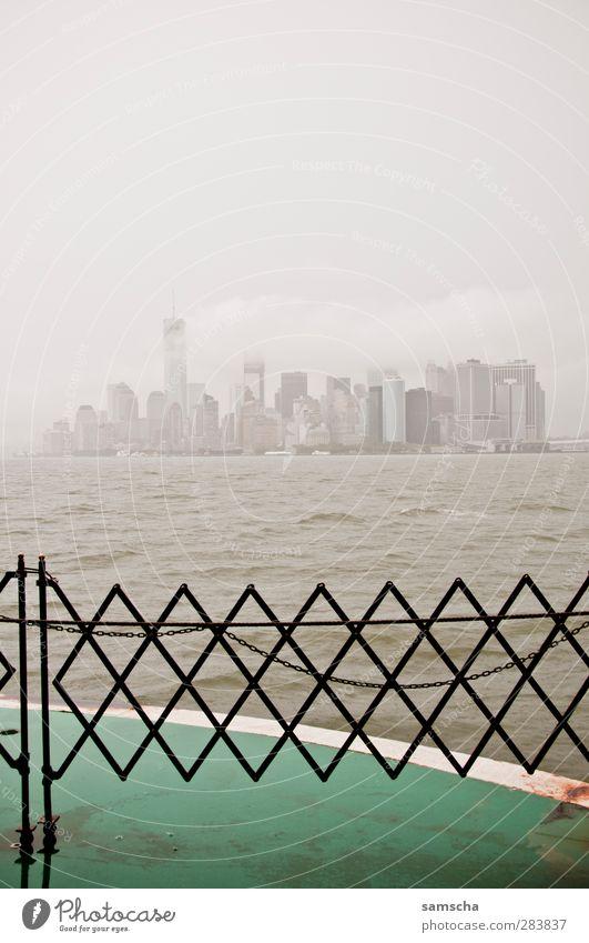 New York City Wasser Stadt Wolken kalt Wasserfahrzeug Regen Wetter Wind Nebel Hochhaus nass Tourismus Wassertropfen Bankgebäude Skyline Schifffahrt