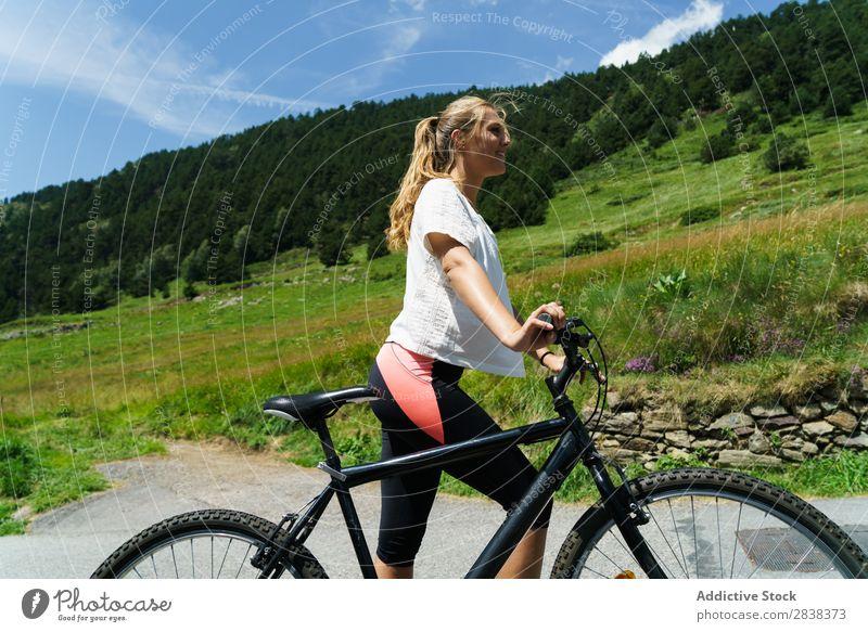 Hübsche Frau mit Fahrrad sportlich Lächeln heiter Sport Zyklus Mädchen Aktion Lifestyle Fahrradfahren Mensch Training Berge u. Gebirge Motorradfahren Erholung