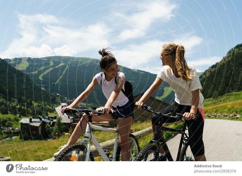 Frauen mit dem Fahrrad auf dem Land sportlich Freundschaft Sport Zyklus Mädchen Aktion Lifestyle Fahrradfahren Mensch Training Berge u. Gebirge Motorradfahren