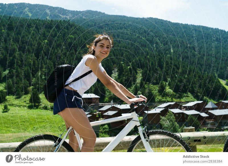 Damenfahrrad Frau sportlich Fahrrad heiter Lächeln Blick in die Kamera Sport Zyklus Mädchen Aktion Lifestyle Fahrradfahren Mensch Training Berge u. Gebirge