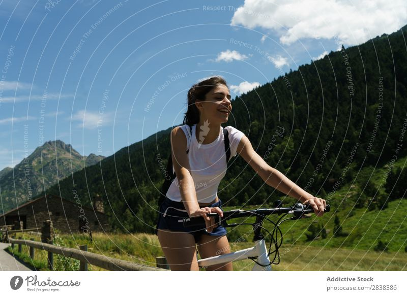 Damenfahrrad Frau sportlich Fahrrad heiter Lächeln Sport Zyklus Mädchen Aktion Lifestyle Fahrradfahren Mensch Training Berge u. Gebirge Motorradfahren Erholung