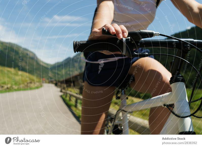 Crop Frau Reiten Fahrrad sportlich heiter Sport Zyklus Mädchen Aktion Lifestyle Fahrradfahren Mensch Training Berge u. Gebirge Motorradfahren Erholung Asphalt