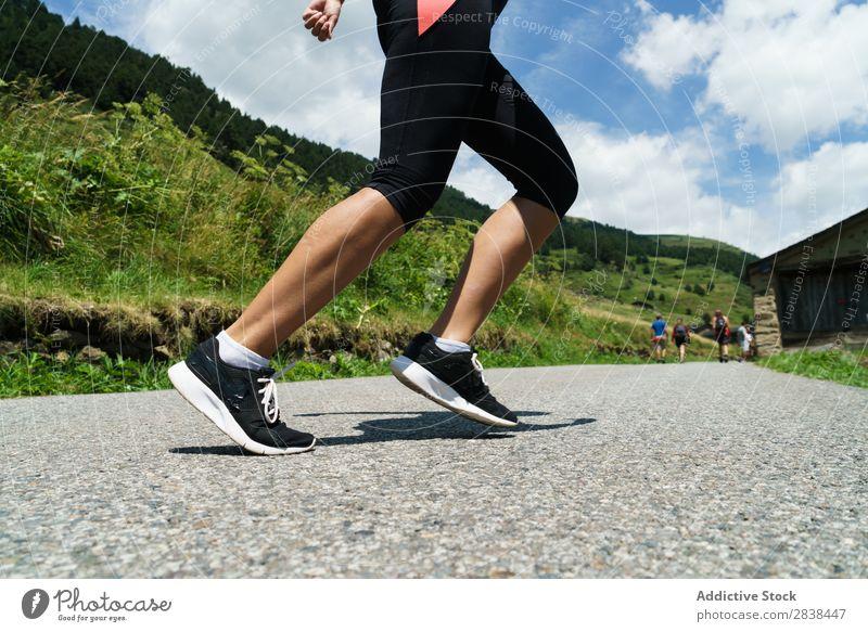 Getreidefrau beim Joggen auf dem Land Frau ländlich Zaun Gras sportlich Jugendliche Fitness üben Athlet Sport Landschaft Training Freizeit & Hobby Aktion