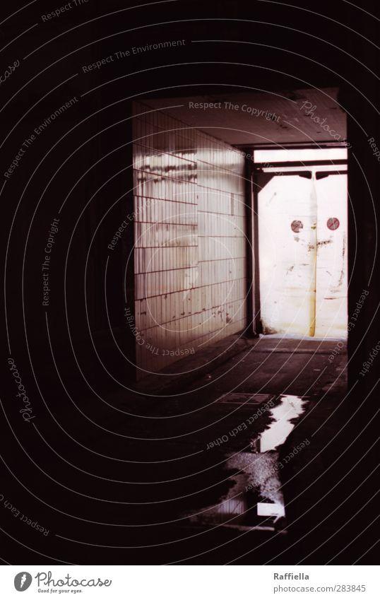 Markthalle IV Haus Mauer Wand Fassade dunkel mehrfarbig schwarz Fliesen u. Kacheln Ausgang Pfütze Reflexion & Spiegelung Asphalt Boden Schacht Wege & Pfade