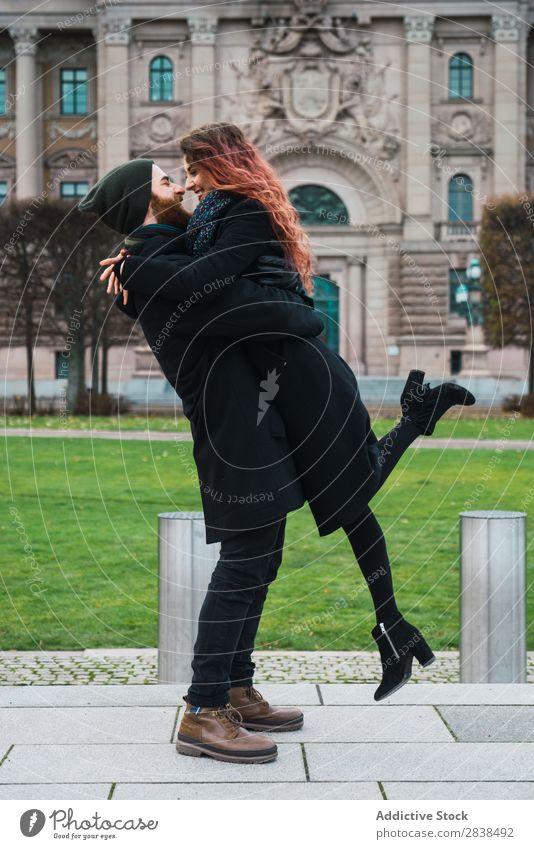 Ein glückliches Paar auf der Straße umarmend Glück Großstadt Mensch Liebe Fröhlichkeit Partnerschaft heiter Jugendliche Mann Frau Romantik 2 Freude Lächeln